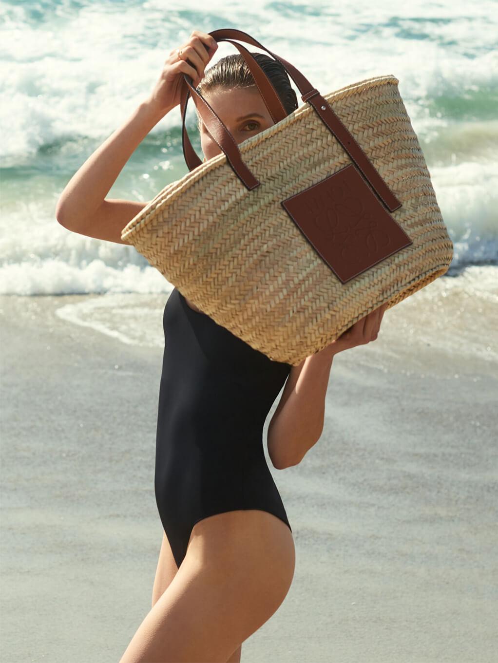 Model with LOEWE Bag