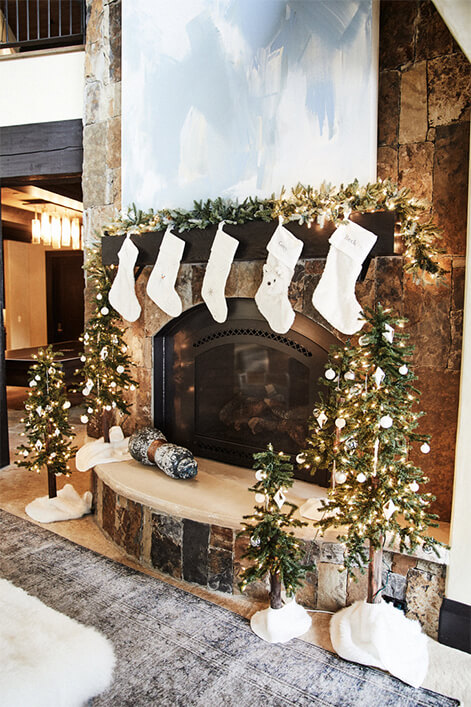 Kendra Scott Mantle with Stockings