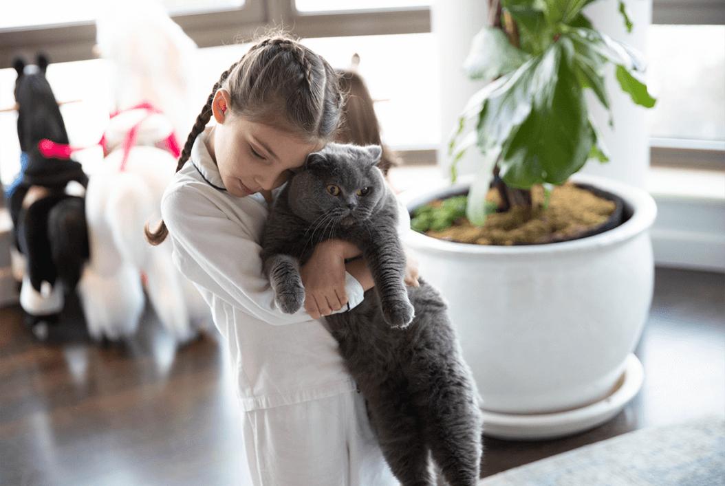 Maria Dueñas Jacob's daughter and cat