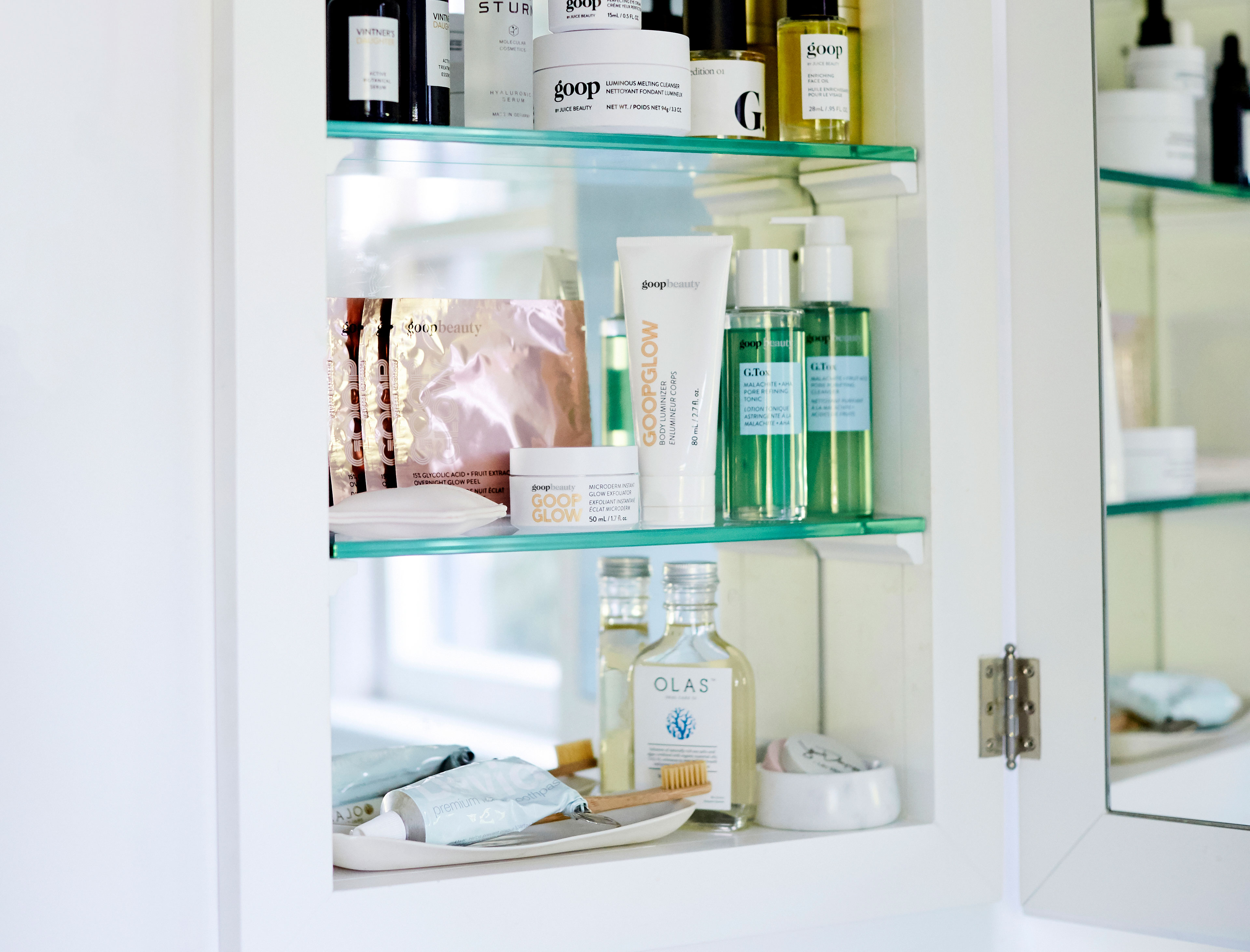 12 Medicine-Cabinet Staples and Tips  for Detoxing Your Bathroom