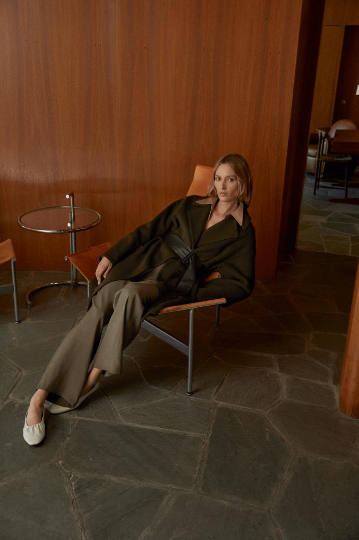 mujer descansando en silla