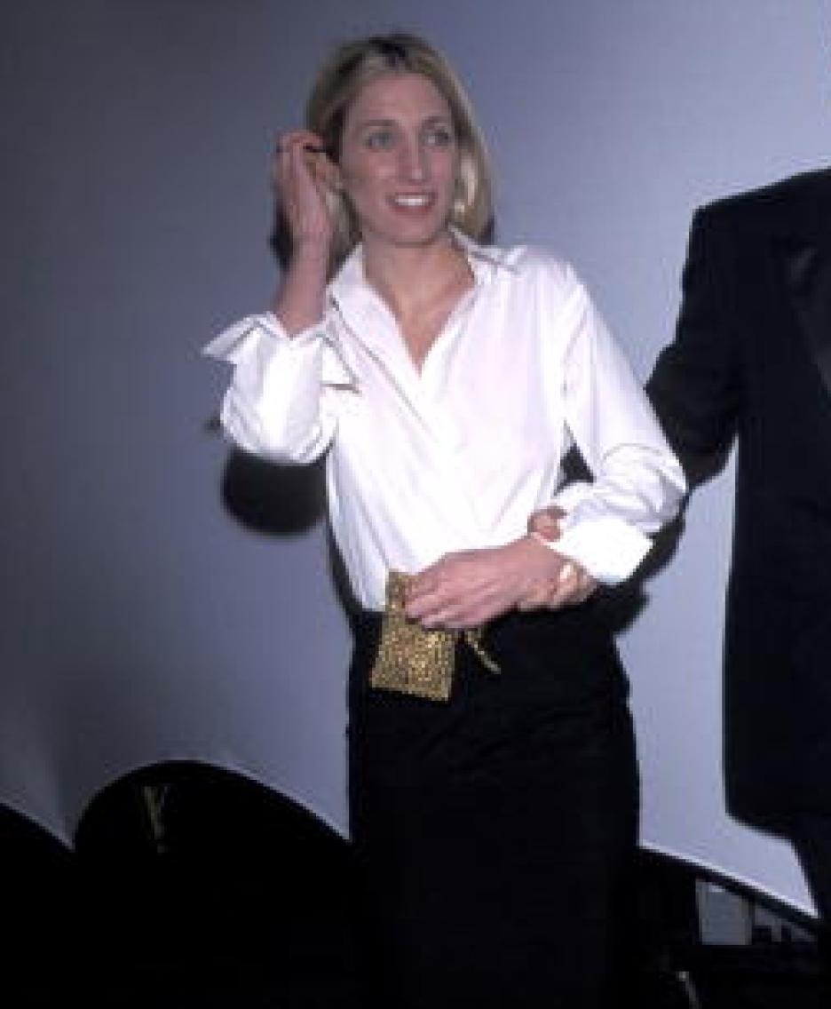 زن با تاپ سفید و دامن مشکی