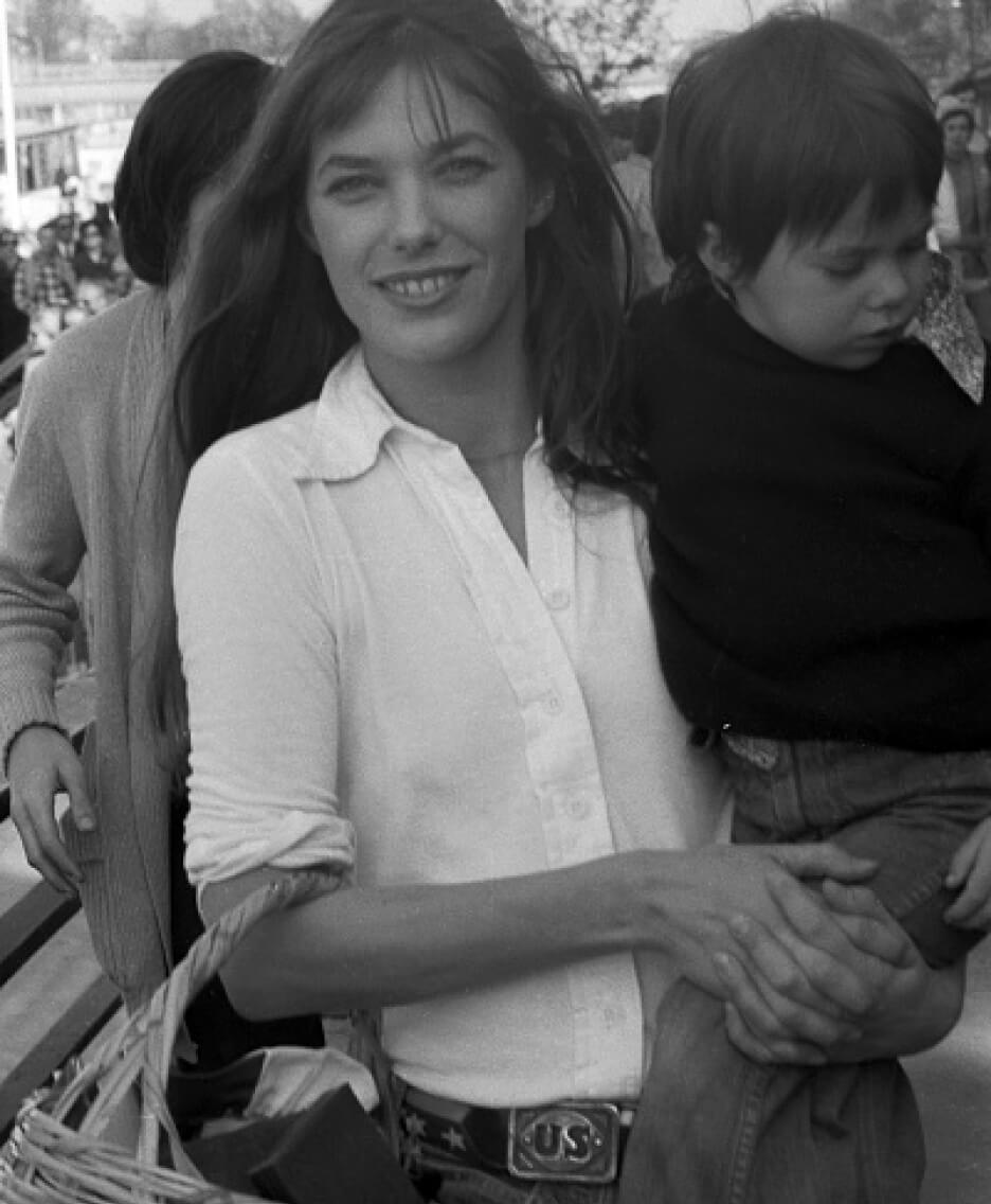 زن با تاپ سفید و شلوار جین