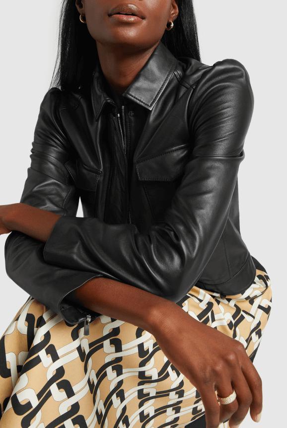 مدل پوشیده از کت آستین چرمی