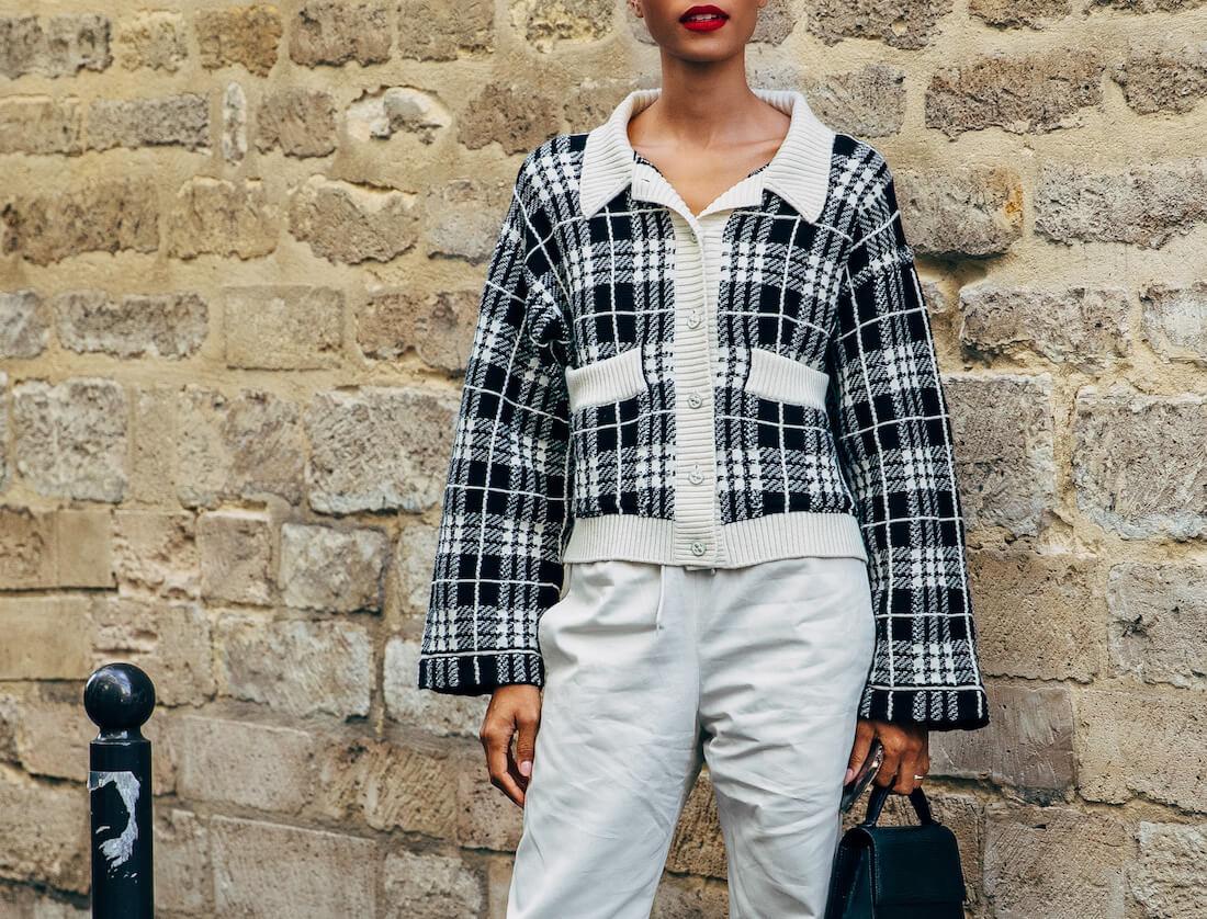 زن با ژاکت پشمی چهارخانه